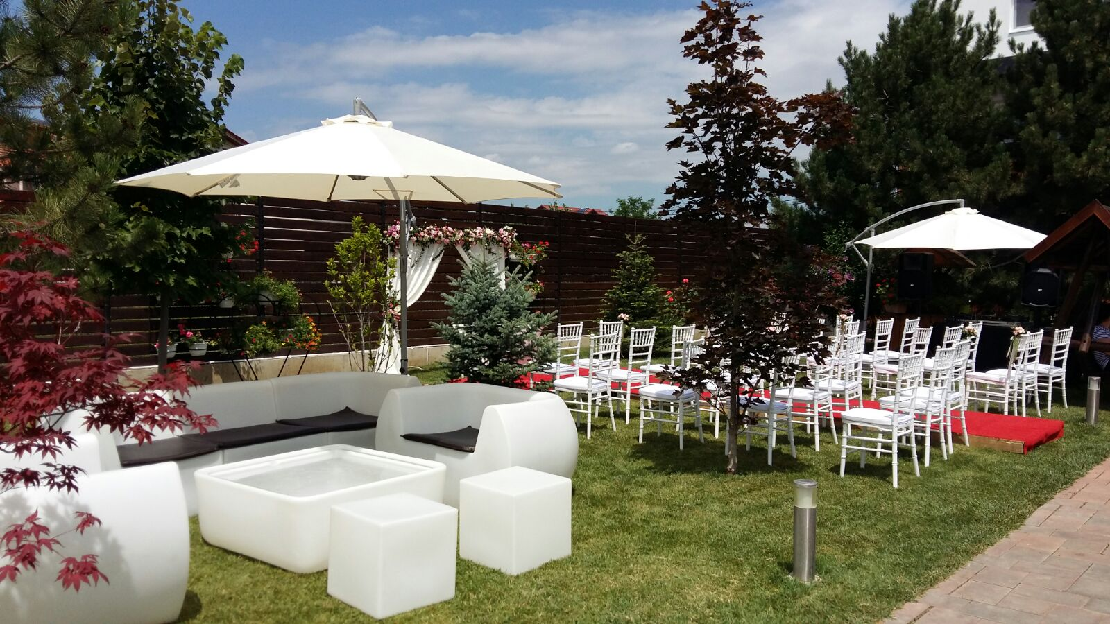 mobilier luminos la nunta in gradina